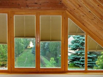 Pliszé függöny a tetőtérben - nappali ötlet