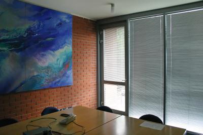 Reluxa nagy méretű ablakon - dolgozószoba ötlet, modern stílusban