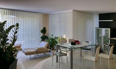 Árnyékolás szalagfüggönnyel - nappali ötlet, modern stílusban