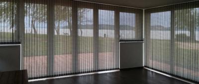 Nagy méretű szalagfüggöny - nappali ötlet, modern stílusban