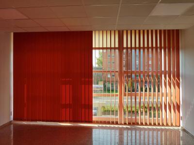 Piros szalagfüggöny - nappali ötlet, modern stílusban