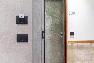 Kapcsolók a falon - előszoba ötlet, modern stílusban