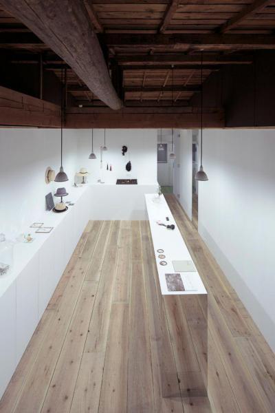 Fehér konyha, világos parketta - konyha / étkező ötlet