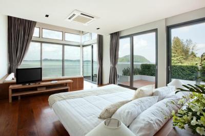 Hálószoba tengeri panorámával - háló ötlet, modern stílusban