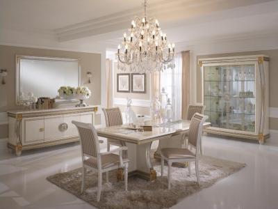 Eleganciát tükrözve - nappali ötlet, klasszikus stílusban