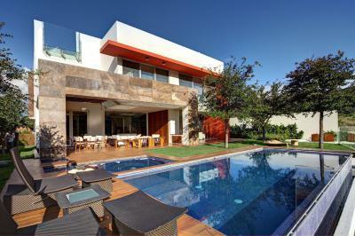 Modern családi ház medencével - kert / udvar ötlet, modern stílusban