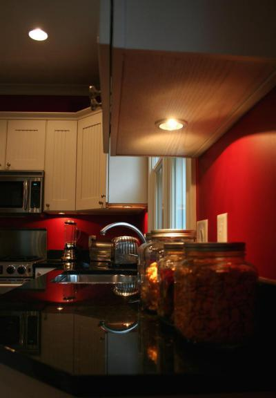 Vörös fekete konyha - konyha / étkező ötlet, modern stílusban