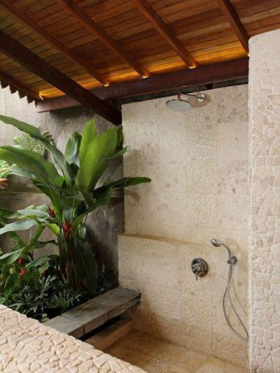 Zuhany természetes környezetben - fürdő / WC ötlet, mediterrán stílusban