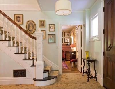 Lépcsőforduló - előszoba ötlet, klasszikus stílusban