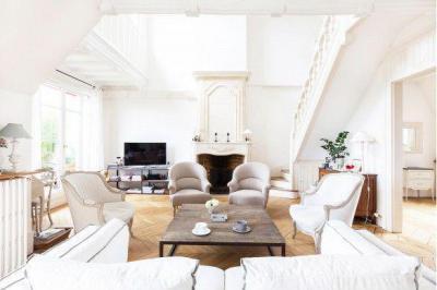 Hófehér elegancia - nappali ötlet, klasszikus stílusban