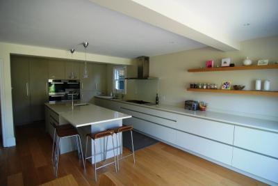 Modern hosszú konyha - konyha / étkező ötlet, modern stílusban