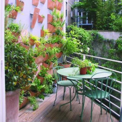 Virágcserepek a falon - erkély / terasz ötlet, modern stílusban