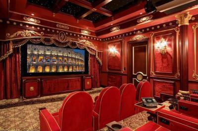 Házi mozi  - nappali ötlet, klasszikus stílusban