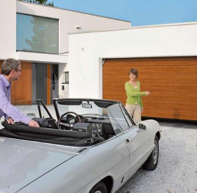 Mediterrán szekcionált garázskapu - garázs ötlet