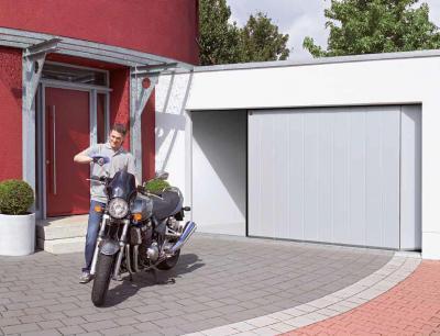 Modern oldalra futó garázskapu - garázs ötlet, modern stílusban