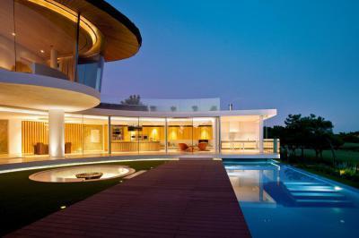 Medencét körülvevő ház - kert / udvar ötlet, modern stílusban