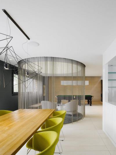 Függönnyel határolt csevegőhely - nappali ötlet, modern stílusban