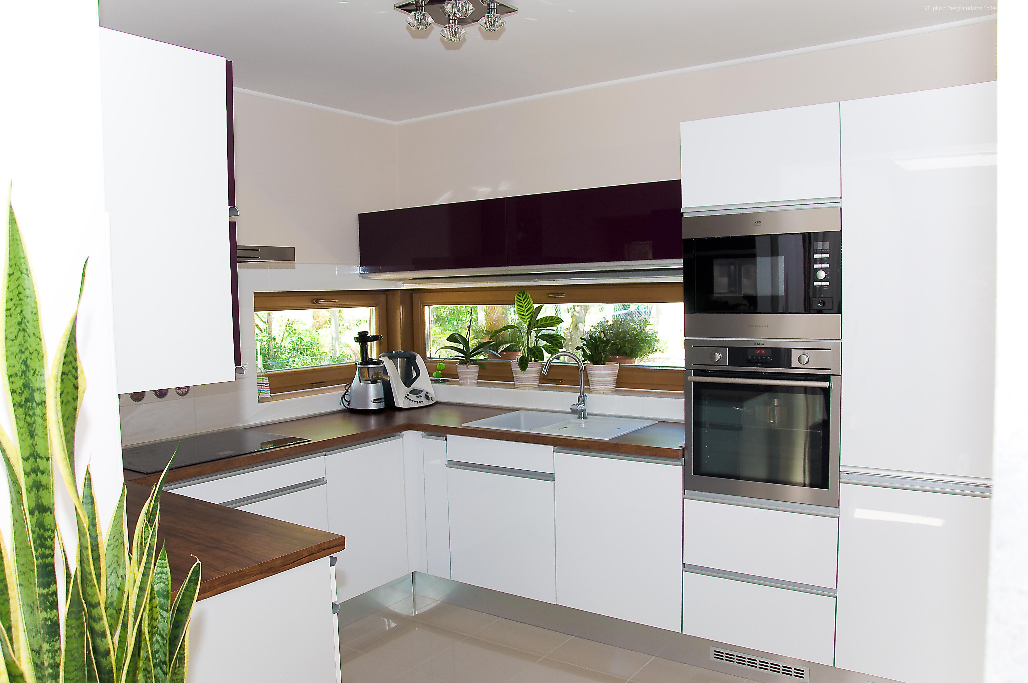 Családi ház konyhája - Modern konyha beépített bútorokkal és ...