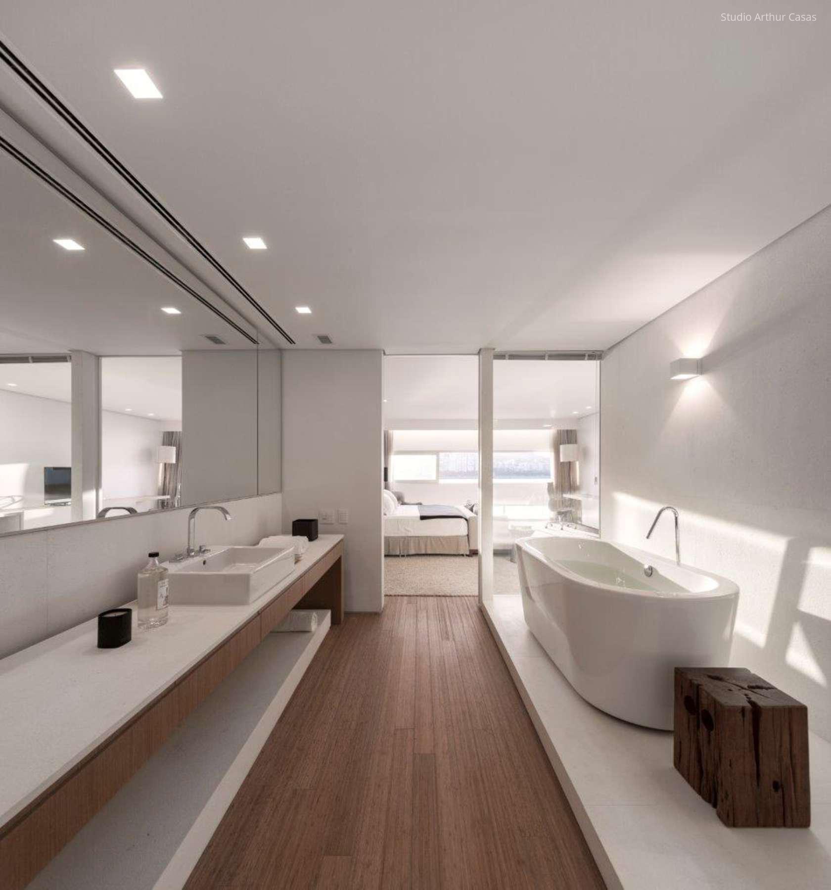 Fehér fürdőszoba barna burkolattal
