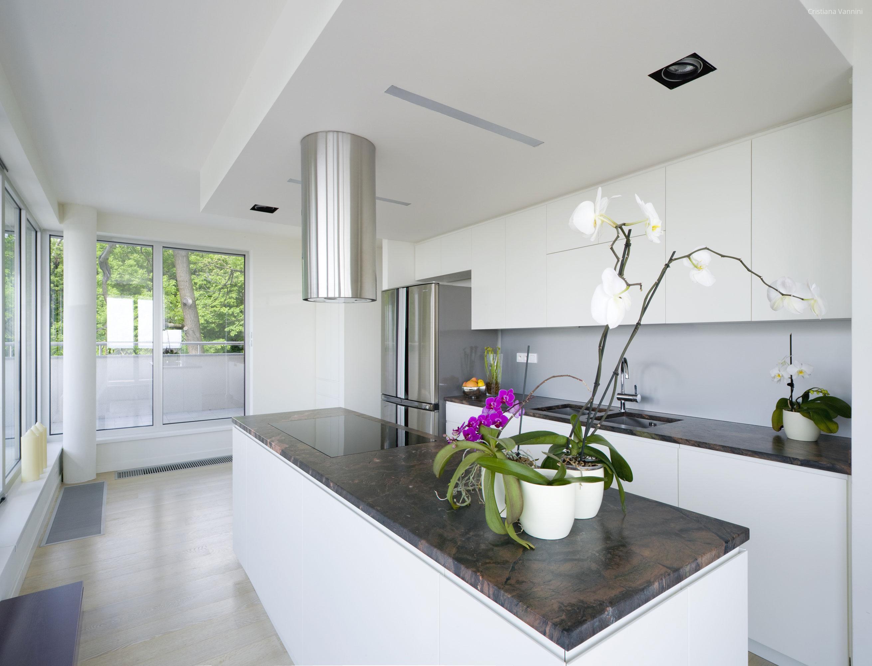 Fehér konyha kő pulttal