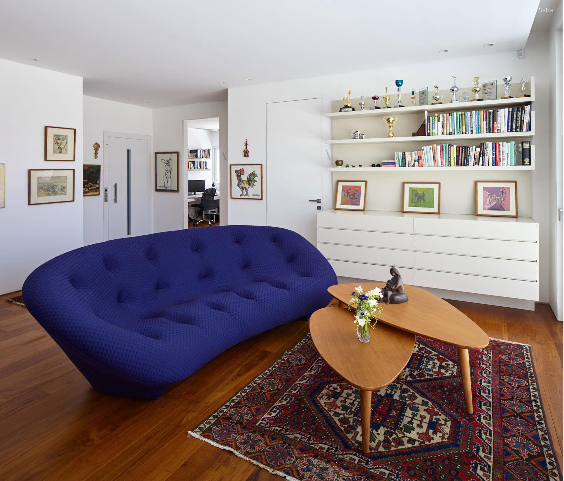Kék design kanapé a nappaliban // HOMEINFO.hu - Inspirációtár
