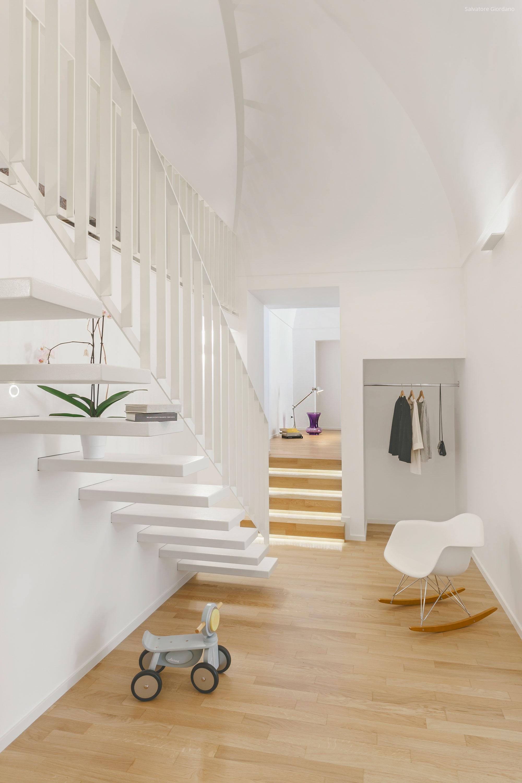 Hófehér lebegő lépcső // HOMEINFO.hu - Inspirációtár
