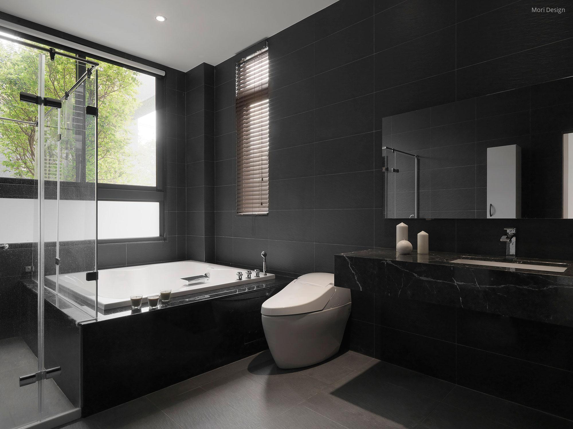 Fekete csempe és márvány mosdó a fürdőben // HOMEINFO.hu ...