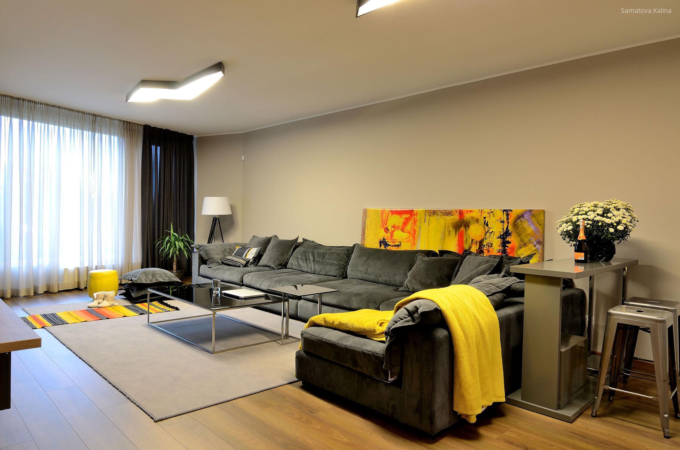 Sötét színű sarokkanapé a nappaliban // HOMEINFO.hu - Inspirációtár