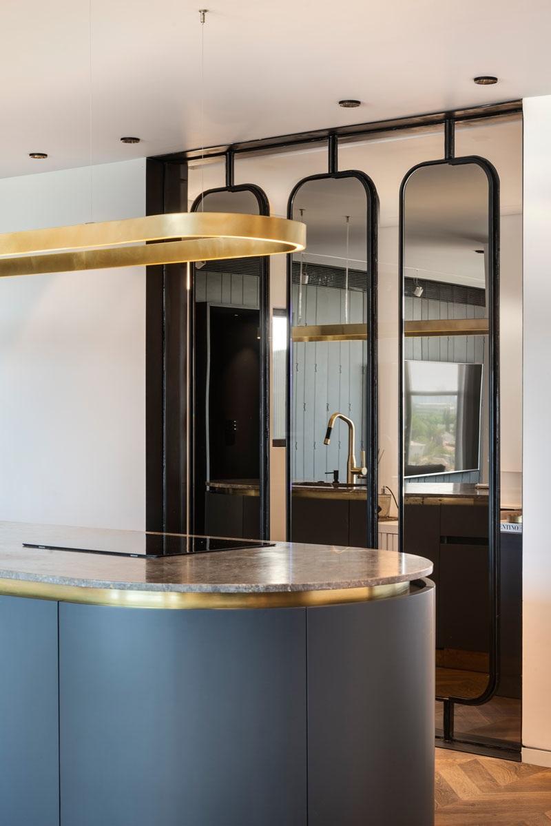 Elbűvölő luxus érzés: metálkék és fekete a lakásban full_4