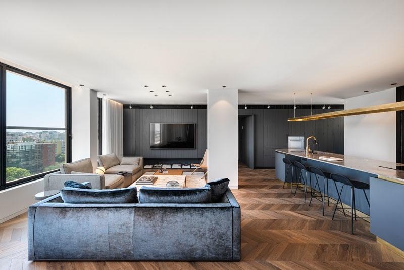 Elbűvölő luxus érzés: metálkék és fekete a lakásban full_0