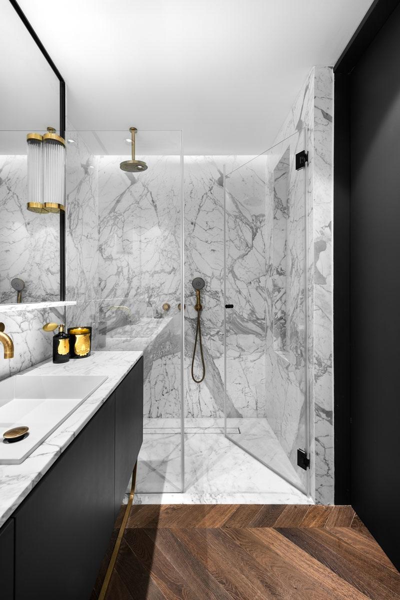 Elbűvölő luxus érzés: metálkék és fekete a lakásban full_9