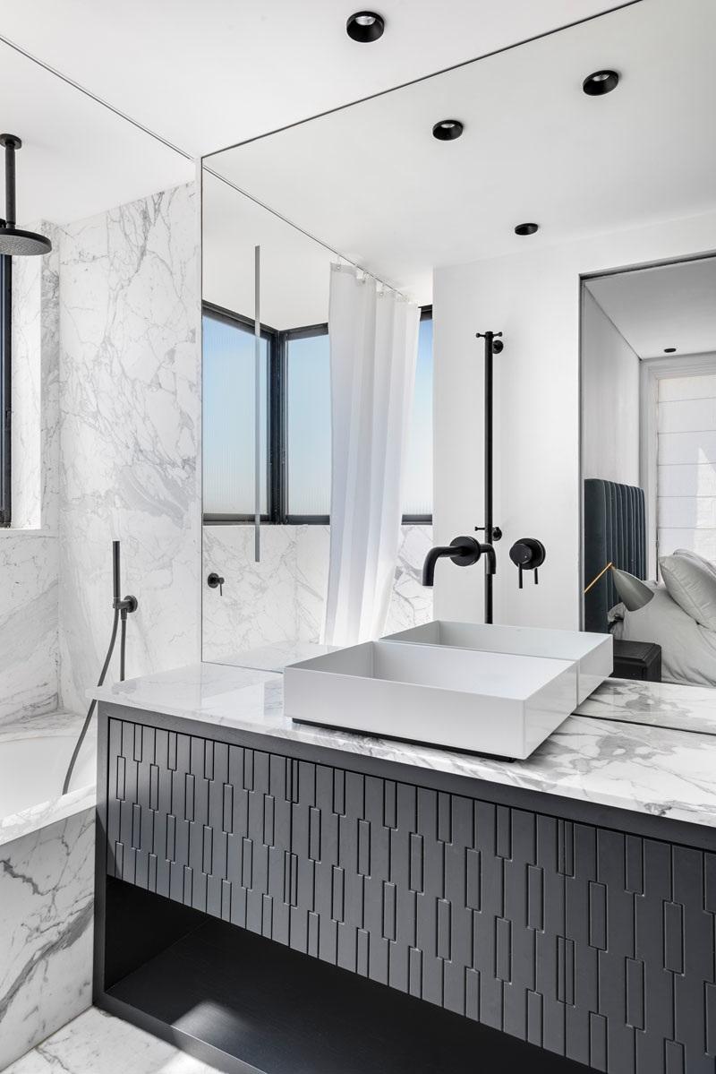 Elbűvölő luxus érzés: metálkék és fekete a lakásban full_8