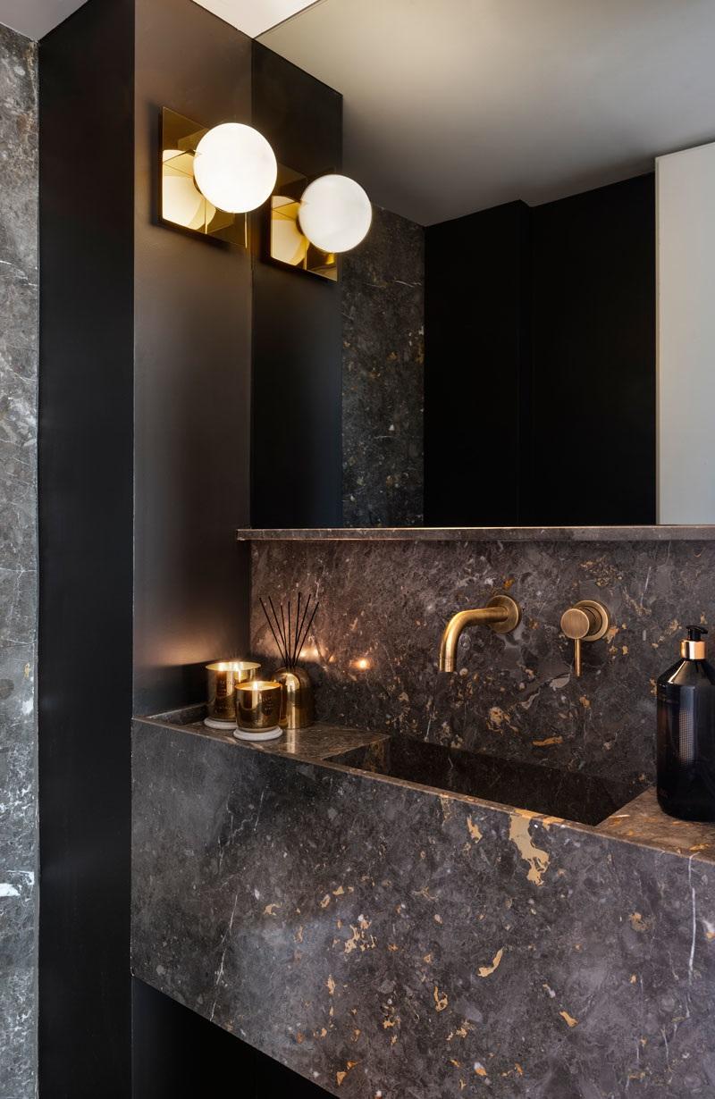 Elbűvölő luxus érzés: metálkék és fekete a lakásban full_7