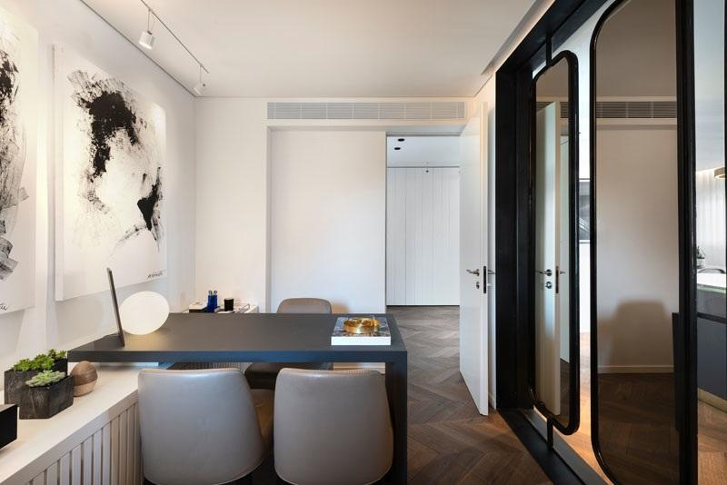 Elbűvölő luxus érzés: metálkék és fekete a lakásban full_5
